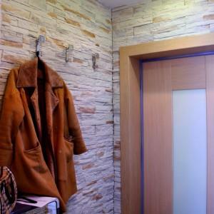 Отделка всей поверхности стен прихожей искусственным камнем
