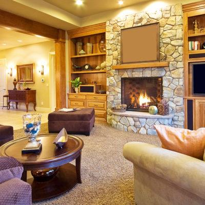 Фото 1 - камин с отделкой натуральным камнем в интерьере гостиной