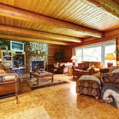 Фото 3 - отделка стен и потолка зала натуральным деревом и камнем