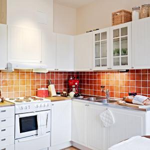 Белый кухонный гарнитур зрительно увеличивает пространство