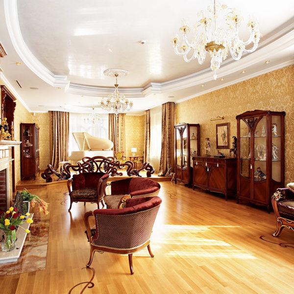 Фото 1 - ремонт зала в доме в классическом стиле