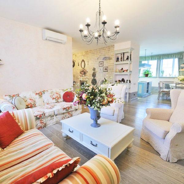 Фото 1 - интерьер зала частного дома в стиле прованс