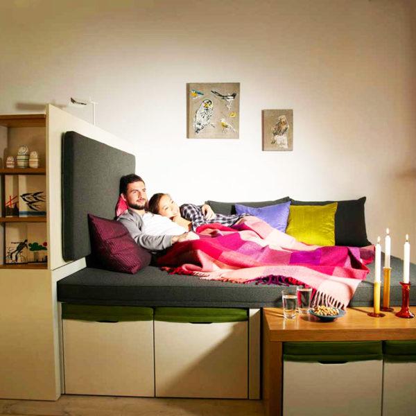 Фото 2 - подиум для зонирования рабочей зоны и зоны сна