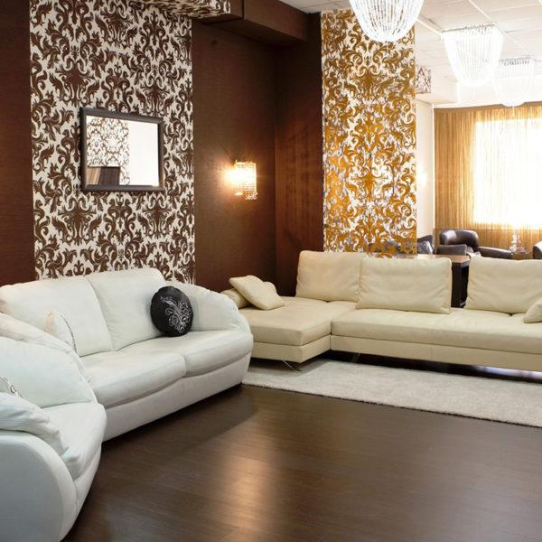 Фото 2 - сочетание коричневого и молочного в интерьере гостиной