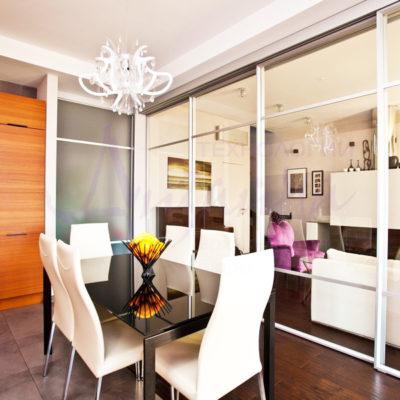 Фото 1 - стеклянная раздвижная перегородка между кухней и залом