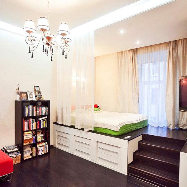 Фото 1 - спальная зона на подиуме в однокомнатной квартире
