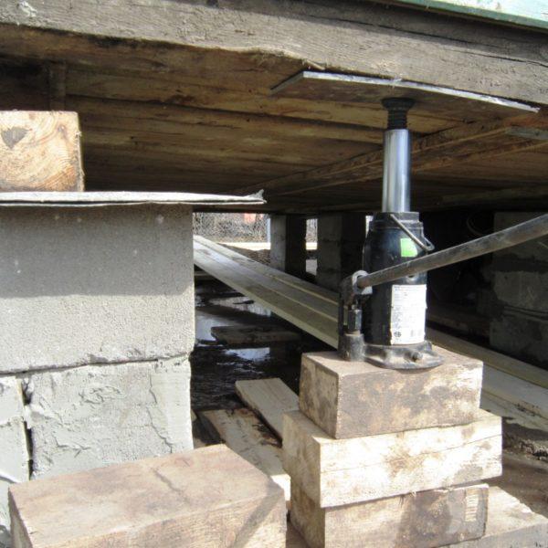 Подъем домкратом деревянного дома