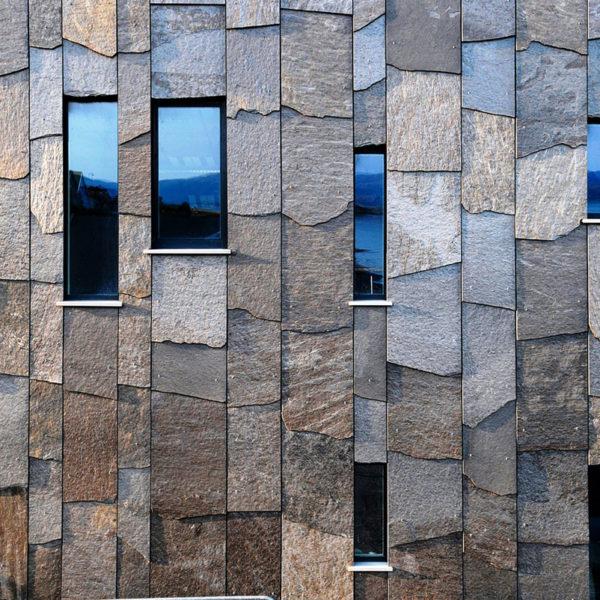 Система алюминиевого фасада отделана натуральным камнем