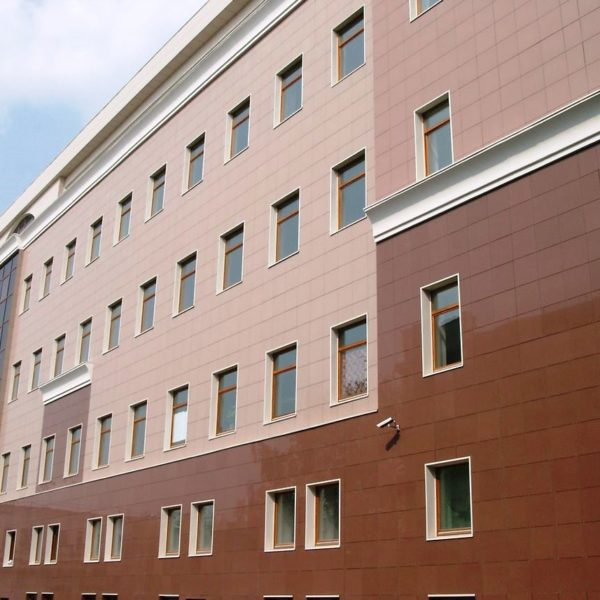 Вентилируемый фасад отделан керамогранитом