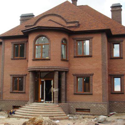 Фасад дома обшит кирпичом