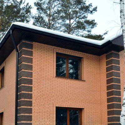 Фото дома обшитого облицовочным кирпичом (цвет: персик)