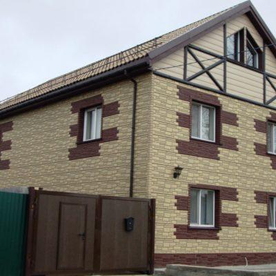 Дом обшитый фасадными панелями