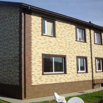 Дом обшит двумя типами фасадных панелей