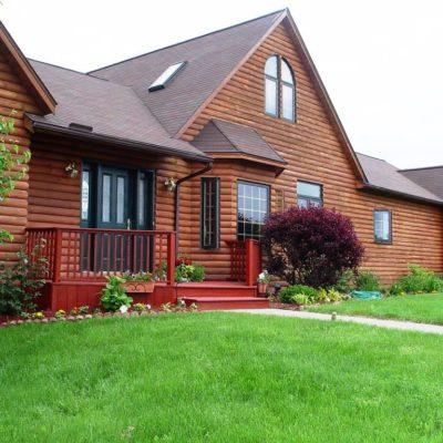 Дом обшитый блок-хаусом и обработанный защитным составом