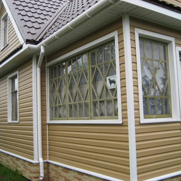 Отделка фасада дачного дома виниловым сайдингом