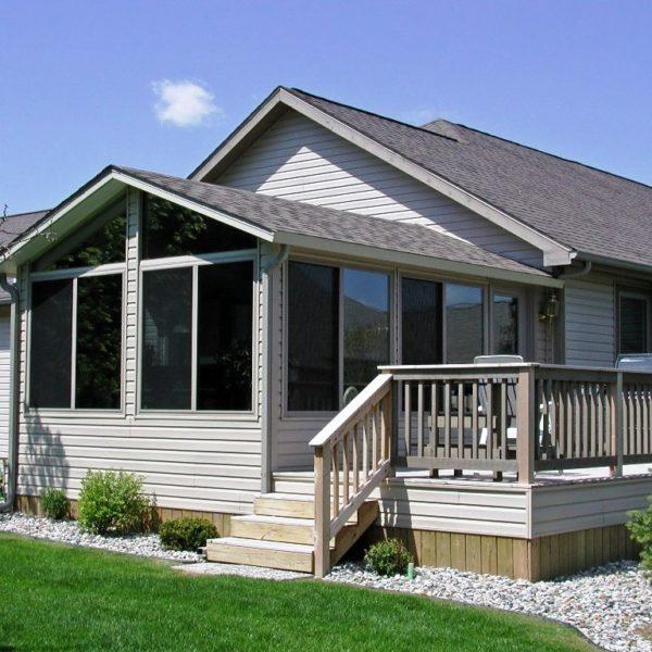 Дом отделан виниловым сайдингом