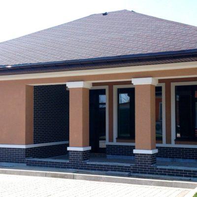 Фото фасада покрытого штукатуркой короед